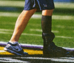 Quarterback in non-rodeo boot. (image: Karen Warren.Houston Chronicle)