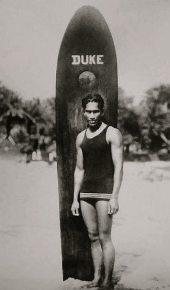 Duke Paoa Kahanamoku with his surfboard, 1910-1915 (Image. US public domain:commons.wikimedia.org)