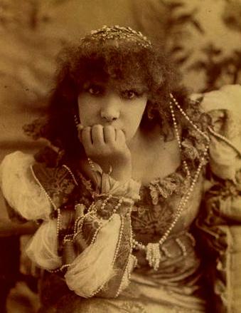 Sarah Bernhardt, N. Sarony. 1890 (US public domain. expired copyright:commons.wikimedia.org)