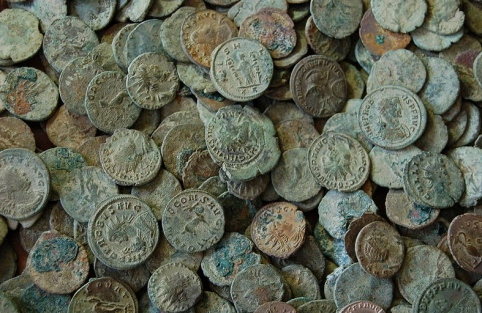 I never had any long enough to get a patina (Antique coins from London.Portable Antiquities. Scheme/flickr/ Commons.wikimedia.org)