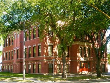 Slumber Season Box for Offspring (Washington school, Grand Forks, N.D./US public domain by Glorioussandwich/ Commons.wikimedia.org)