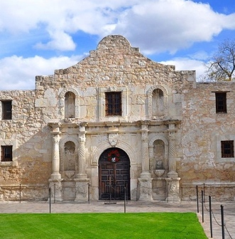 (Alamo entrance. /Mattstone911/Commons.wikimedia.org)