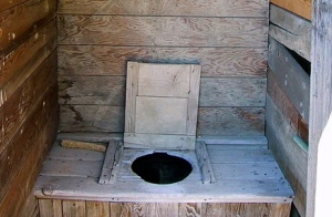 1880 outhouse.Bolduan/Flickr/Commons.wikimedia.org)