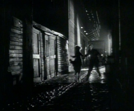 "1954.running down dark alley scene""On the Waterfront"" trailer screenshot:US PD:pub.date/no cr./Commons.wikimedia.org)"