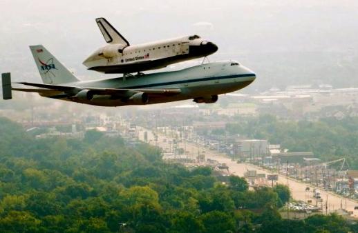 Shuttle Endeavour aboard SCA. Sept.19.2012 flyover (Smiley N.Pool.Hou Chron/Seattlepi.com)