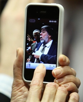 Reporter captures Steve Wozniak. on iPhone/2010/FCC/USPD:by fed employee/Commons.wikimedia.org)