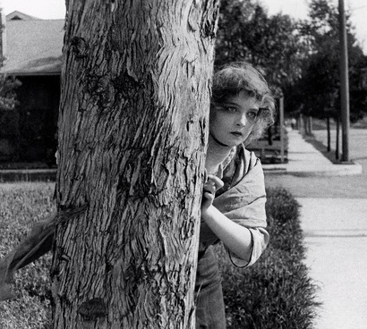 1913. Lillian Gish. Mothering Heart. Actinograph Corp/US PD: pub.date/Commons.wikimedia.org)