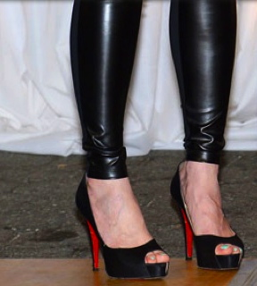 Well heeled Chelsea Clinton in  Christian Louboutin heels. (Image: Anthony Behar.Spipa USA/Screenshot eonlin.com)