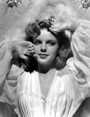 1943 Judy Garland publicity shot.Clarence Sinclair Bull/Metro-Goldwyn-Mayer/US PD: Pub.date/Commons.wikimedia.org)