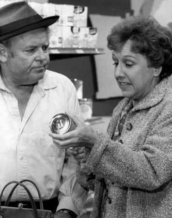 1976.All in the Family. Edith and Archie shopping/CBS/US PD.Pub.date/Commons.wikimedia.org)