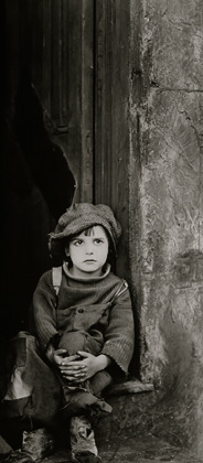 "boy in doorway.Chaplin's ""The Kid"" 1921 vintage film/USPD.pub.date:pub.photo/Commons.wikimedia.org)"