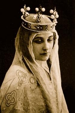 Crowned queen.1920 Geraldine Farrar. Leopard-Emile Reutlinger/US PD:pub.date/ exp.cr/Commons.wikimedia.org