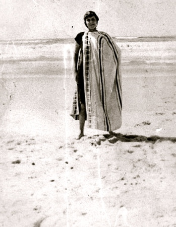 Vintage beach scene.1920 Woman in towel at Southport beach./John Oxley Library, Queensland/PD:pub.date/exp.CR/Commons.wikimedia.org)