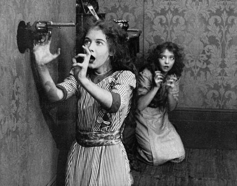 "2 terrified women. 1912. vintage film ""Unseen Enemy"". Dorothy Gish. Scrreenshot./US PD:pub.date/Commons,wikimedia.org)"