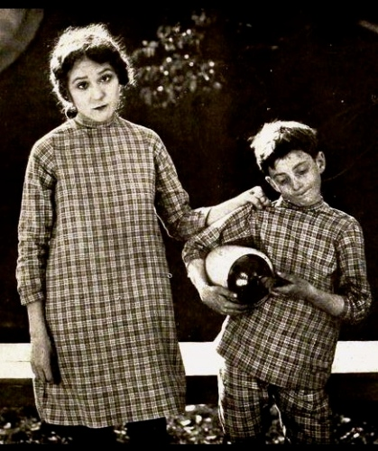 Poor mother and child.1919 movie: Daddy Long Legs/ Mary Pickford/Film Fun/US PD:pub.date/Commons.wikimedia.org