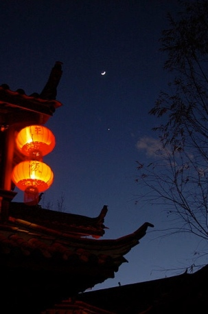 Chinese lantern and night sky. Tristan Clarke/Flickr/Commons.wikimedia.org