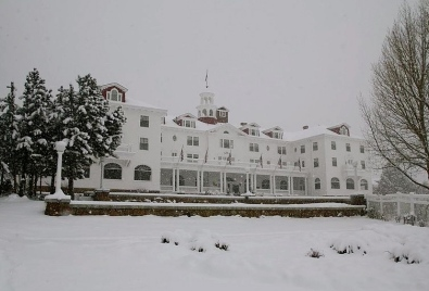 "Hotel featured in ""The Shining"".Stanley Hotel. Estes Park, CO/PD by Sgerbic/Commons.wikimedia.org)"