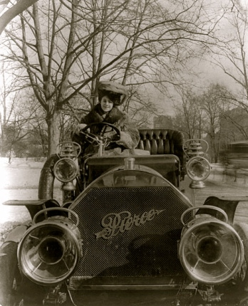woman driving vintage car.1906. Pierce-Arrow/Bain News/LoC/US PD:pub.date/Commons.wikimedia.org