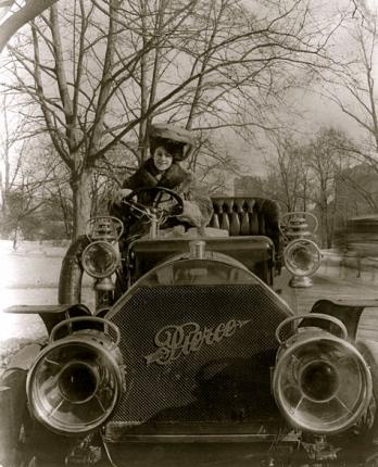 woman driving vintage car.1906. Pierce-Arrow/Bain News/LoC/US PD:pub.date/Commons.wikimedia.org
