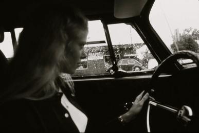 woman driving car.1946. Lyntha driving/EPA/NARA/US PD: by fed.employee/Commons.wikimedia.org