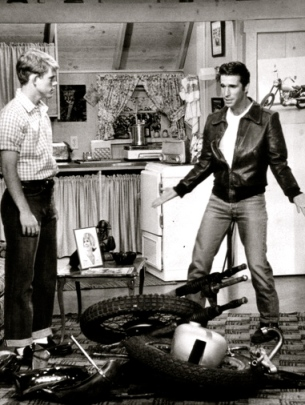 1976 Happy Days. Fonzie's apt/ABC tv/US PD:Publicity photo-No cr marks/Commons.wikimedia.org