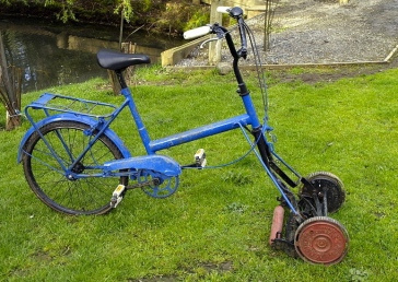 Bike with cylinder lawnmower/B.Jankuloski/Commons.wikimedia.org)