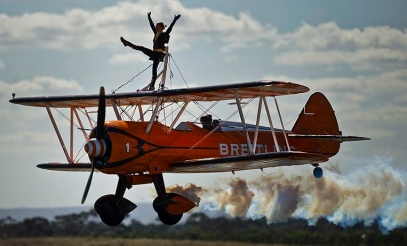 Woman on plane.Breiting Wing Walkers /US Pacific Command.Sgt.M.R.Holzworth/Flickr/Commons.wikimedia.org)