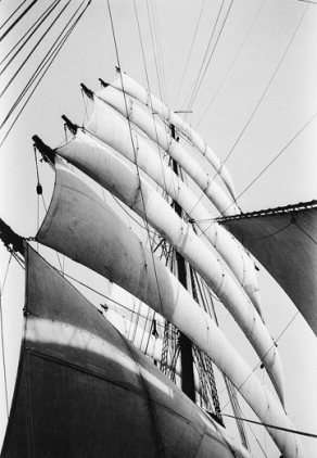 Parma under sail. Villiers/NMM, Greenwich/PD released/Common.wikimedia.org)