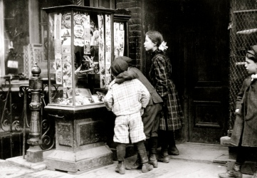 children.1910 Christmas shopping. NY TImes archives/USPD:pub.date/exp cr/Commons.wikimedia.org