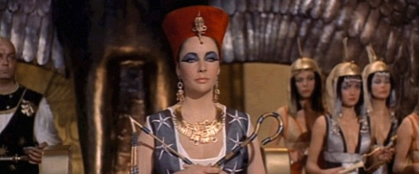 Elizabeth Taylor. Cleopatra screenshot.1963.directed by Mankiewicz/USPD:pub.date, exp.CR/Commons.wikimedia.org