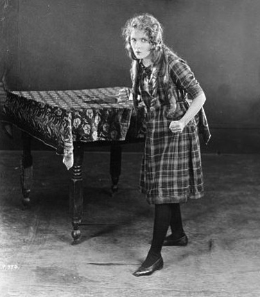 "standing girl with clinched fists.  1925.Mary Pickford.""Little Annie Rooney"".press photo/Bain collection, LOC/USPD:pub.date/Commons.wikimedia.org)"