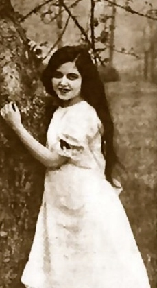"child by tree.. Ann Penningtons in ""Susie Snowflake""1916/Photoplay mag/USPD:Pub.date/Commons.wikimedia.org"