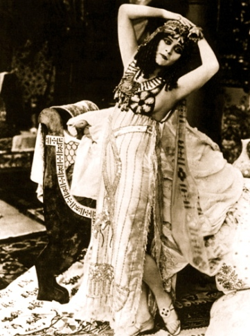 Theda Bara. 1917 Cleopatra/USPD:pub. date,pub.still/Commons.wikimedia.org)
