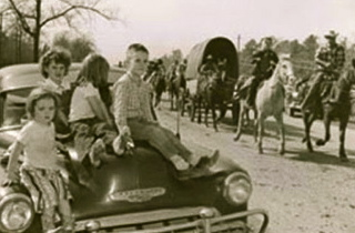 1950's children watching trail riders coming into town (www.rodeohouston.com)