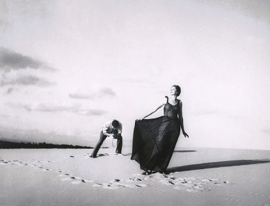 Fashion shot of woman in evening gown in desert. Olive Cotton/Nat.Gallery of Australia/USPD. exp.cr/ Commons.wikimedia.org