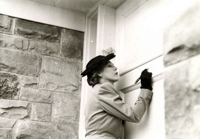 Mary Pickford. Signing door about 1943/ Canada.Todmorden Mills Heritage Museum and Arts Center/Virtual Museum of Canada/USPD. Pub.date/Canadian PD:prior to 1949/Commons.wikimedia.org)
