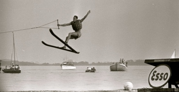 1959.Waterskiing. Man in air after launching from a jump.(Nationaal Archief:Dutch National Archives.Spaarnestad Photo/Commons.wikimedia.org)