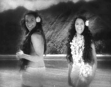 2 Hawaiian women. 1935 Mutiny on the Bounty trailer screenshot/USPD: pub.date, no cr/Commons.wikimedia.org