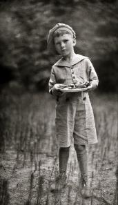 boy holding plate. 1920's/Harry Walker/Commons.wikimedia.org)