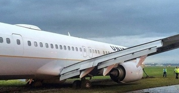 United plane stuck in mud at IAH. image: @instragram:mrszargarpur/click2houston.com
