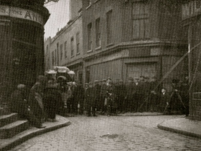Street scene.1922 photo of Alfred Hitchcock filming Number 13 in London. Film was never finished.(USPD: UK artistic work of unknown artist, Photo pub.date /previously unpublished photo before1945/Commons.wikimedia.org)