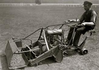 1930.riding lawn mower/Germany.Bunds archiv, Bild102-09651/Commons.wikimedia.org)