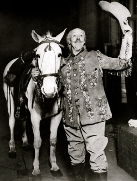 Buffalo Bill and his horse.1915. Pub.photo for performance at White City.(USPD: pub.date/Commons.wikimedia.org)