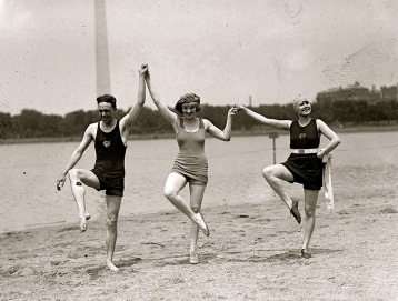 1922. vintage bathing shot Potomac Basin beach in from of Washington Monument Man and two woman:actresses/Nat.Photo Co../Loc/USPD:pub.date, press photo/Commons.wikimedia.org)