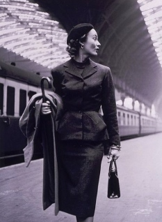 Elegant woman in train station.1951. Lisa Fonssagrives fashion shoot. Frissell, 1907-1988/LoC/USPD. pub.date, released by Frissell/Commons.wikimedia.org)