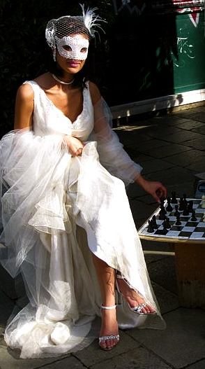 Elegant masked woman playing chess.2009 Venice fashion shoot: Deror avi/Commons.wikimedia.org)