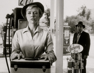 Woman and man at vintage gas station1960.Twilight Zone.The Hitch Hiker episode/CBS/USPD.pb.date/Commons.wikimedia.org)