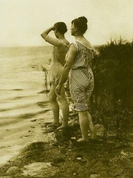 vintage bathing beauties ( Photo by Wilheim Dreesen, 1891-1895/USPD/Commons.wikimedia.org)