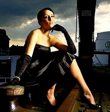 elegant woman. Fashion shoot. Model: Tasha.Thomas Schmidt (netaction)/Commons.wikimedia.org)