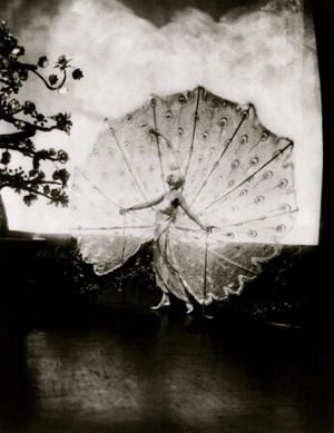 Kathleen Rose/Rose Delores Ziegfeld Girl in peacock plume dress.1920's:Alfred Cheney Johnson/LoC/USPD.pub.date/Commons.wikimedia.org)